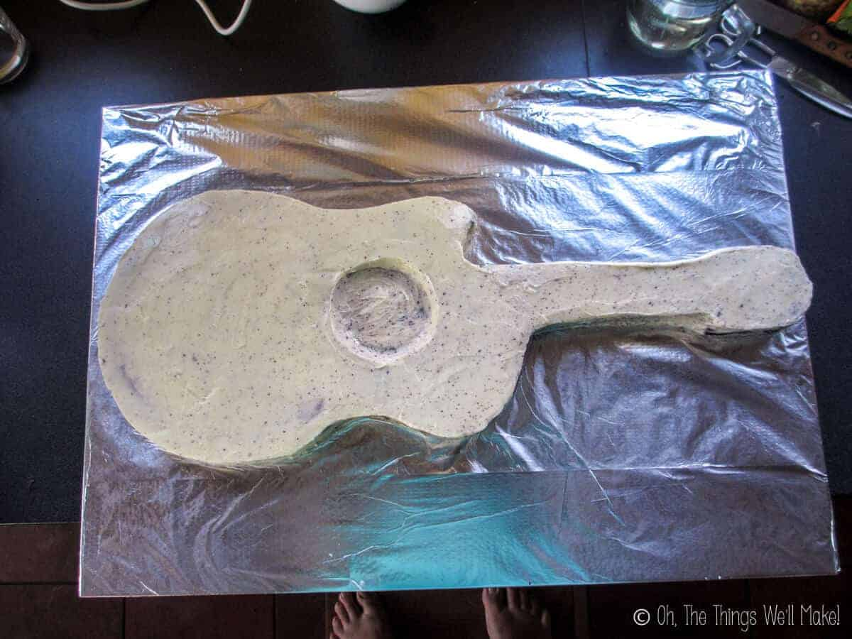 guitar cake with more buttercream frosting
