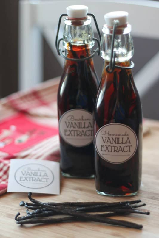 How to make homemade pure vanilla extract. featuring printable labels. Not only can you save money by doing it yourself, but you can also customize it to get the flavour you want.