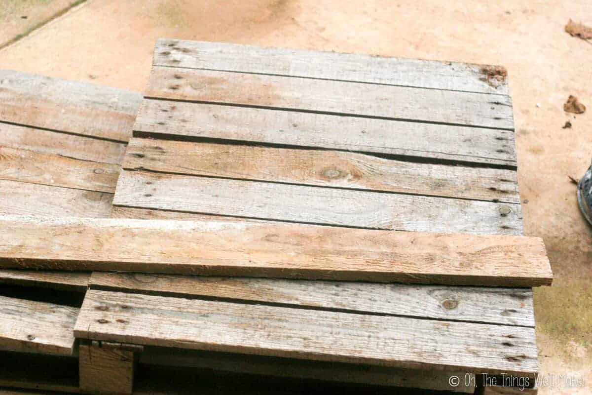 Half a pallet with a plank on top of it.